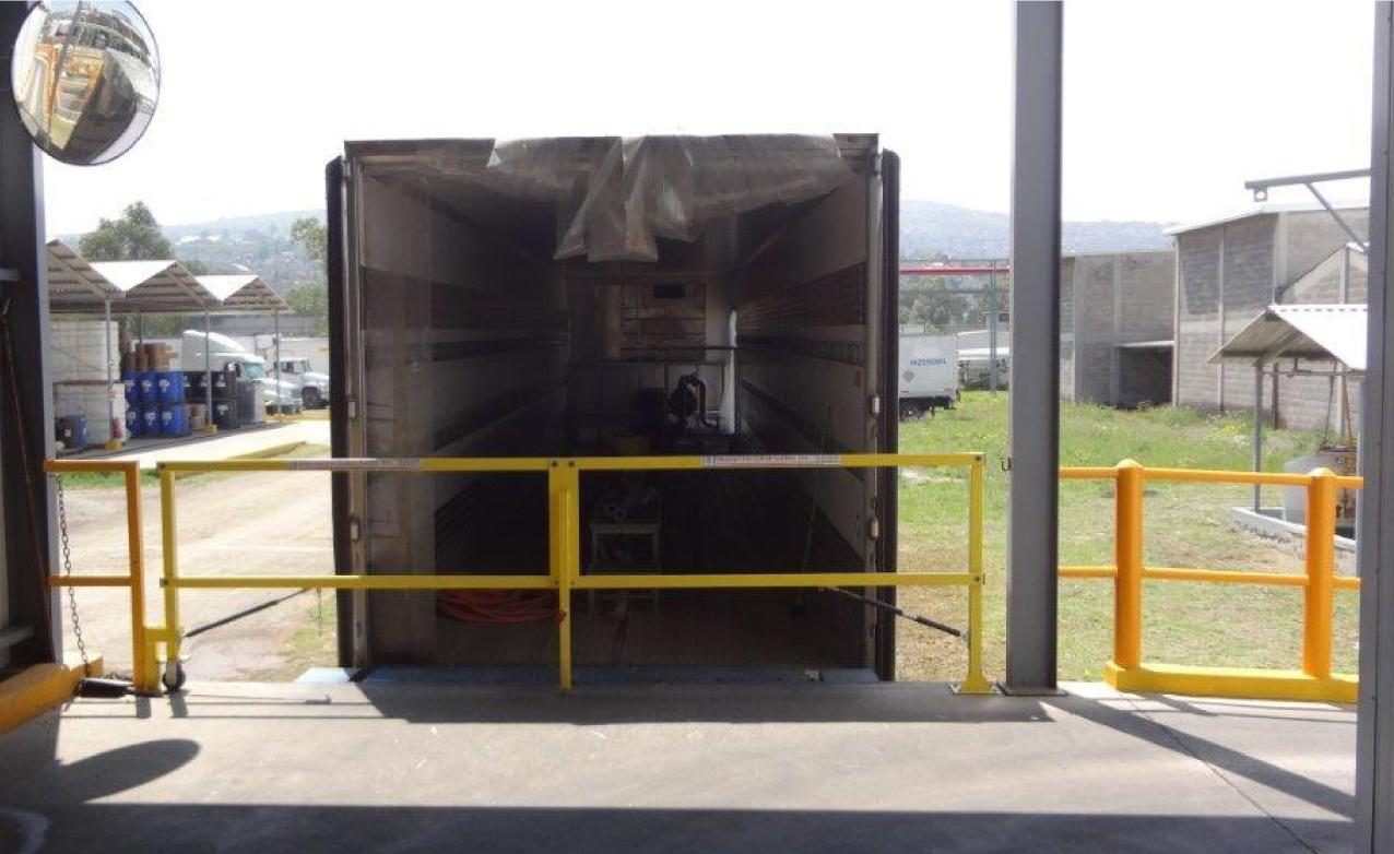 Loading dock safety gate that automatically closes
